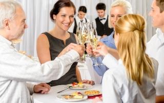 Geschäftsleute im Hotel feiern